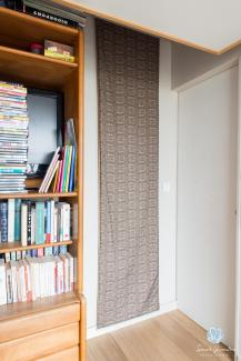 en guise de rideau se glissant derrire un meuble pour une fentre intrieure panneau japonais with. Black Bedroom Furniture Sets. Home Design Ideas